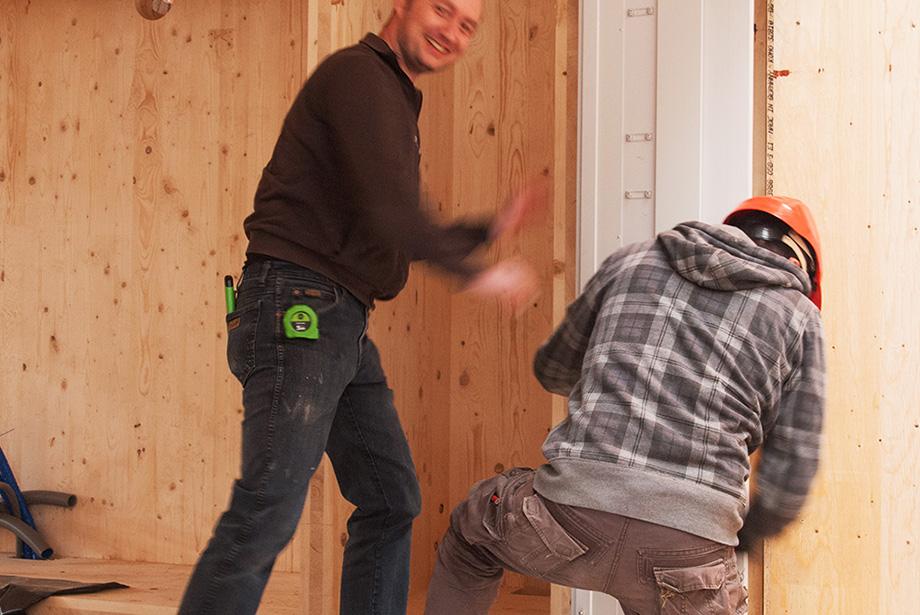 Johannes is installing the window frame