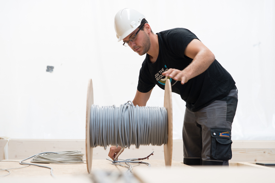 Rainer unrolling cables