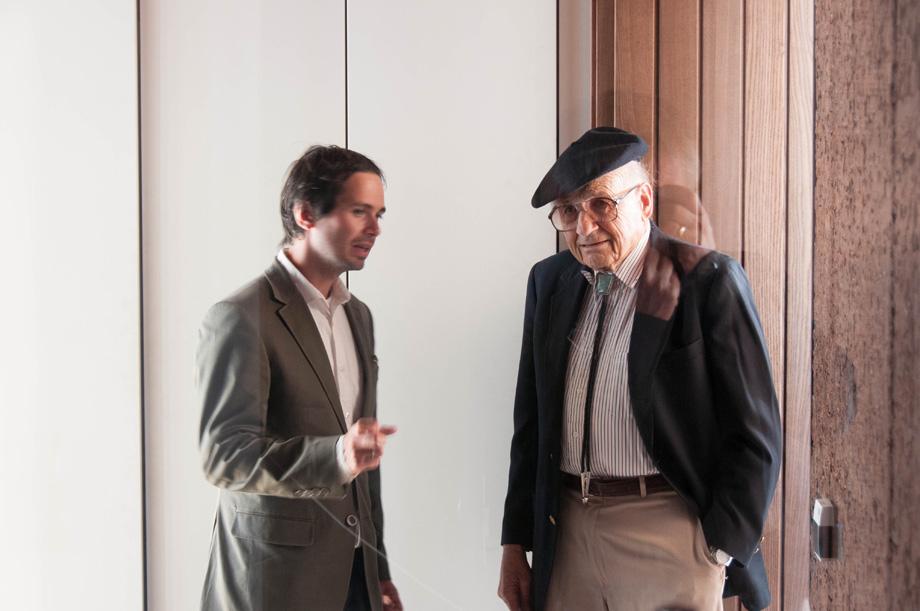 Gregor Pils is talking to nobel prize laureate Walter Kohn