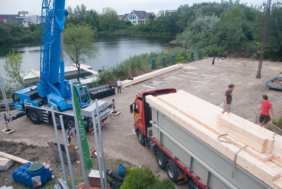 The pontoons arrive at site.