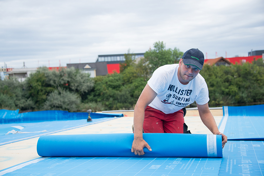 Decathlete Wolfgang is unrolling the hydro barrier.